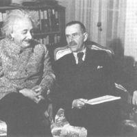 http://bib56.ulb.ac.be/uploads/r/null/8/1/5/81530652b05bd4ef66ed7a34603cfa5a6f5a83adad18ce854750e841f82908e6/Thomas_Mann_with_Albert_Einstein__Princeton_1938.jpg