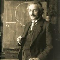 http://bib56.ulb.ac.be/uploads/r/null/a/8/e/a8e67fd8834249d24f19cd88444f2acade2434a126f789a382cb94033edbd41d/800px-Einstein_1921_by_F_Schmutzer_-_restoration.jpg
